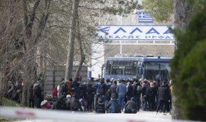Yunanistan göçmenlere gaz bombası ile müdahale etmeye başladı